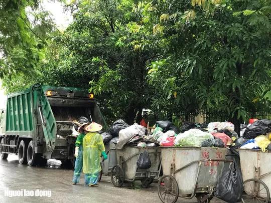 Dân lại chặn xe vào bãi rác lớn nhất Hà Nội, nội đô ngập rác - Ảnh 5.