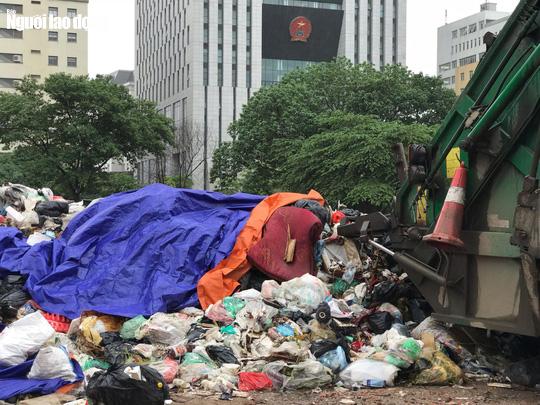 Dân lại chặn xe vào bãi rác lớn nhất Hà Nội, nội đô ngập rác - Ảnh 8.