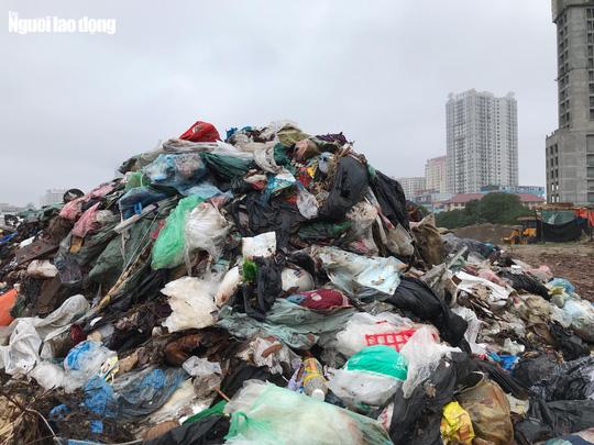 Dân lại chặn xe vào bãi rác lớn nhất Hà Nội, nội đô ngập rác - Ảnh 9.