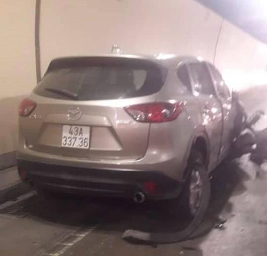 Tài xế nghi ngáo đá lái ôtô gây tai nạn liên hoàn rồi cố thủ trong cabin xe container - Ảnh 1.
