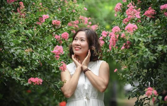 Con đường trăm gốc hoa tường vi đang nở rộ ở Hà Nội - Ảnh 2.