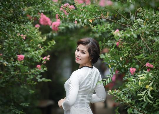 Con đường trăm gốc hoa tường vi đang nở rộ ở Hà Nội - Ảnh 5.