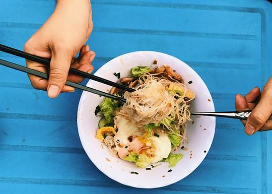 Bún xì dầu, món ăn ngỡ bị lãng quên nhưng vẫn còn tồn tại ở Sài Gòn - Ảnh 4.