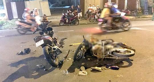 Xe máy tông nhau kinh hoàng ở TP HCM, 2 người thương vong - Ảnh 1.