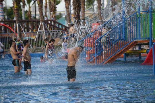 Hàng ngàn người đổ về công viên nước ở Hà Đông dịp cuối tuần - Ảnh 1.