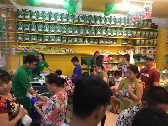 Gần nửa thị trấn ở Long An đi chợ Bách hóa Xanh Bình Tả mỗi ngày - Ảnh 2.