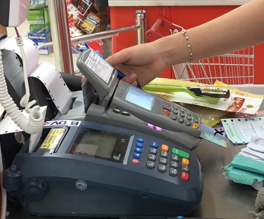 Ngân hàng đến trường mở thẻ tín dụng, sinh viên phát hoảng vì các loại phí