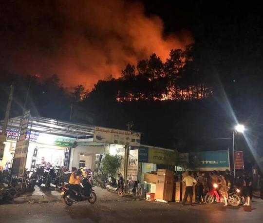 Rừng tại Hà Tĩnh cháy đỏ trời trong đêm, nhiều hộ dân phải sơ tán khẩn cấp - Ảnh 7.