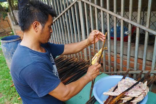 Gà nướng, cơm lam - đặc sản dân dã của núi rừng Tây Nguyên - Ảnh 2.