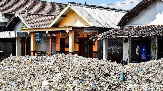 """Rác thải """"nuốt chửng"""" ngôi làng ở Indonesia - Ảnh 1."""