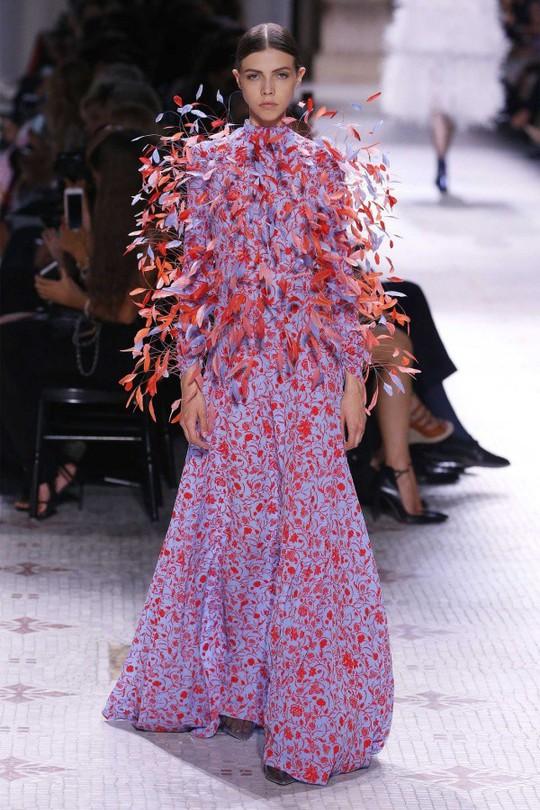Những bộ đầm được làng mốt khen ngợi ở Tuần thời trang Paris - Ảnh 2.