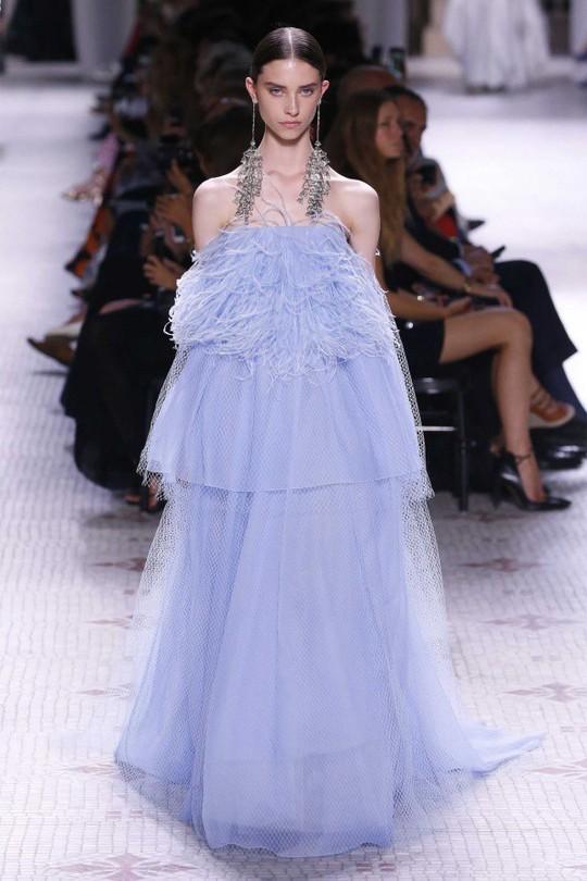 Những bộ đầm được làng mốt khen ngợi ở Tuần thời trang Paris - Ảnh 3.