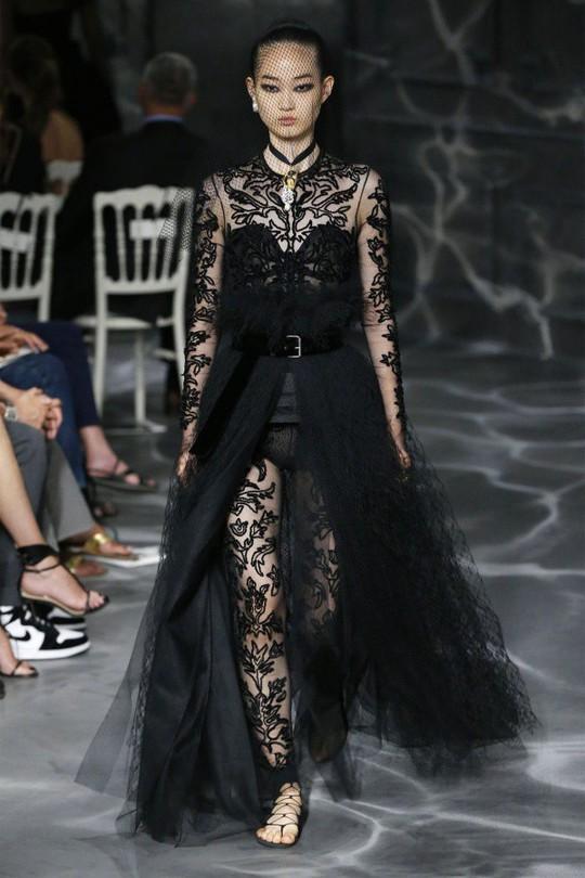 Những bộ đầm được làng mốt khen ngợi ở Tuần thời trang Paris - Ảnh 4.