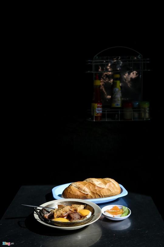 Tiệm bánh mì 60 năm bên vỉa hè - Ảnh 8.