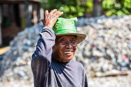 """Rác thải """"nuốt chửng"""" ngôi làng ở Indonesia - Ảnh 9."""