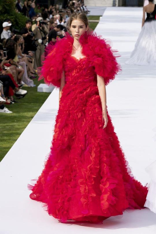 Những bộ đầm được làng mốt khen ngợi ở Tuần thời trang Paris - Ảnh 10.