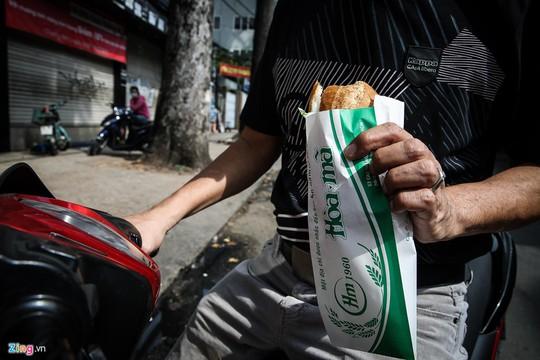 Tiệm bánh mì 60 năm bên vỉa hè - Ảnh 10.