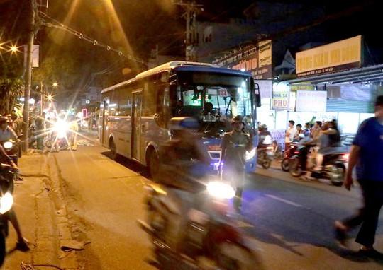 Tự ngã khi đi xe máy, thanh niên bị xe buýt cán tử vong - Ảnh 1.