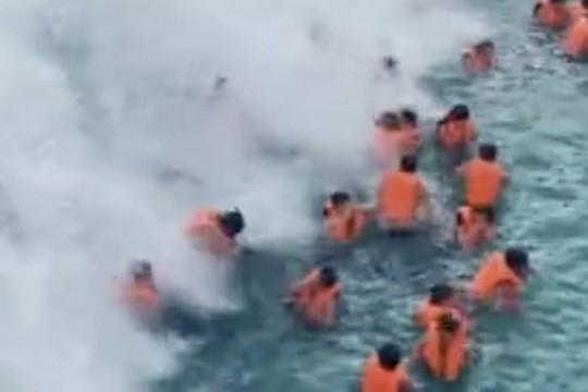 Hồ bơi tạo sóng gặp sự cố, nhiều người bị thương - Ảnh 1.
