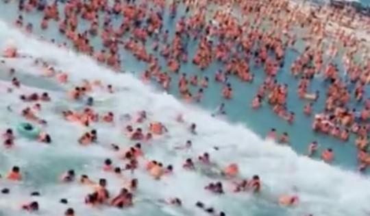 Hồ bơi tạo sóng gặp sự cố, nhiều người bị thương - Ảnh 2.