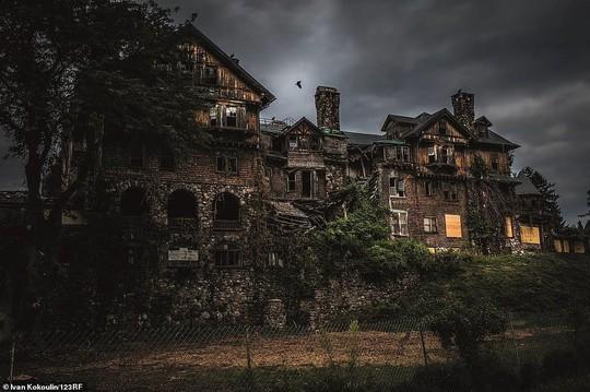 Những lâu đài, cung điện bị bỏ hoang như phim kinh dị - Ảnh 1.