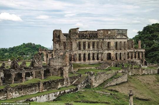 Những lâu đài, cung điện bị bỏ hoang như phim kinh dị - Ảnh 2.