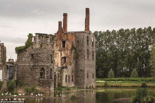 Những lâu đài, cung điện bị bỏ hoang như phim kinh dị - Ảnh 3.