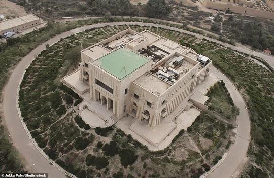 Những lâu đài, cung điện bị bỏ hoang như phim kinh dị - Ảnh 4.