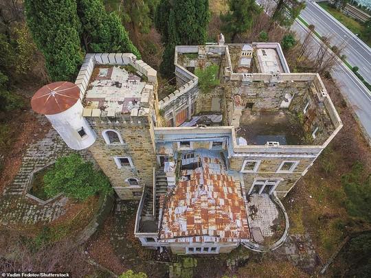 Những lâu đài, cung điện bị bỏ hoang như phim kinh dị - Ảnh 6.