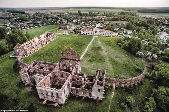 Những lâu đài, cung điện bị bỏ hoang như phim kinh dị - Ảnh 7.