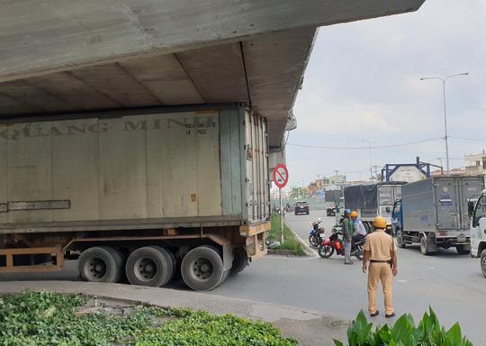CLIP: Xe container gây rối loạn giao thông ở ngã tư An Sương - Ảnh 3.