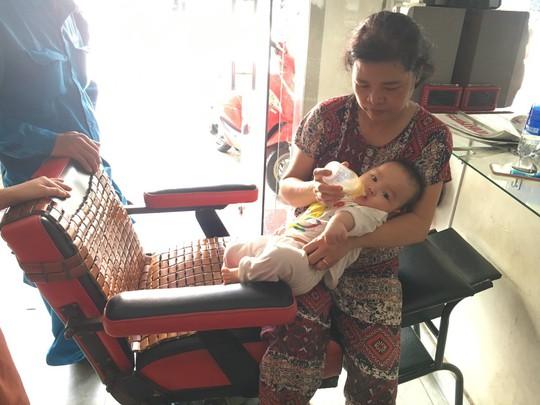 CLIP: Phá cửa thang máy cứu bà nội và cháu trai 8 tháng tuổi đang la hét - Ảnh 2.