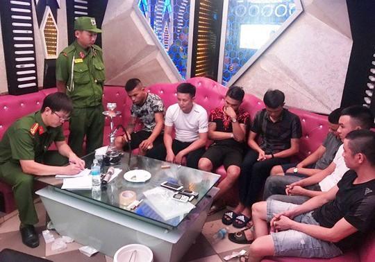 7 thanh niên vào quán karaoke thuê phòng để phê ma túy - Ảnh 1.