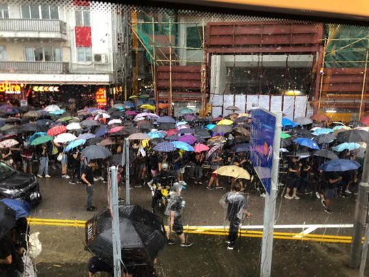 Biển ô tuôn xuống đường ở Hồng Kông ngày cuối tuần - Ảnh 3.
