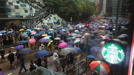 Biển ô tuôn xuống đường ở Hồng Kông ngày cuối tuần - Ảnh 4.