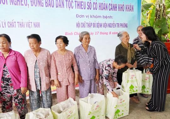 Khám bệnh và tặng quà cho 300 người nghèo ở Bình Chánh - Ảnh 1.