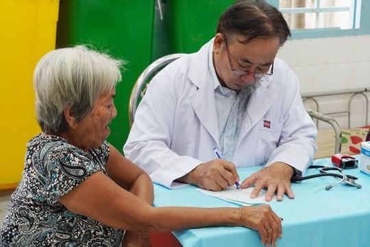 Khám bệnh và tặng quà cho 300 người nghèo ở Bình Chánh - Ảnh 2.