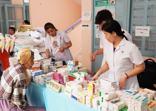 Khám bệnh và tặng quà cho 300 người nghèo ở Bình Chánh - Ảnh 3.