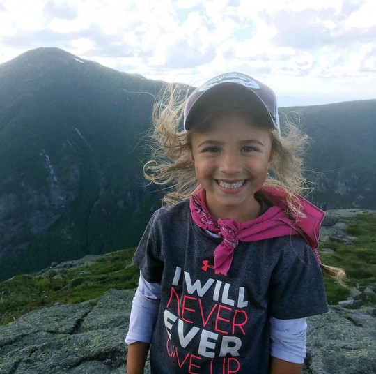 Bé gái 4 tuổi mê leo núi chinh phục thành tích đáng nể - Ảnh 2.