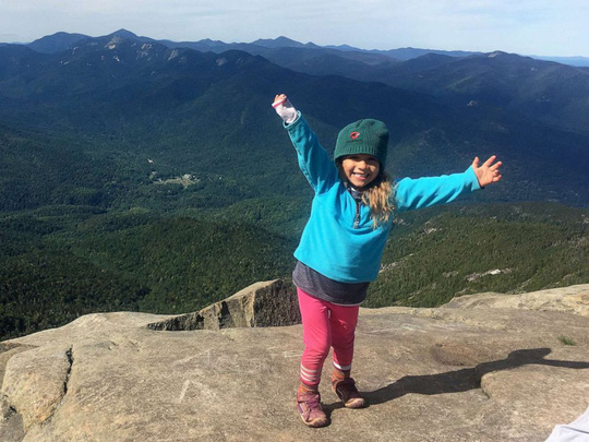 Bé gái 4 tuổi mê leo núi chinh phục thành tích đáng nể - Ảnh 4.