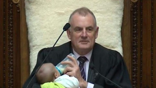 Chủ tịch Quốc hội New Zealand cho đứa bé bú tại nghị trường - Ảnh 1.