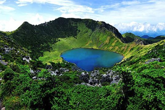 Thăm đảo Jeju, đừng quên chinh phục núi Hallasan hùng vĩ - Ảnh 2.