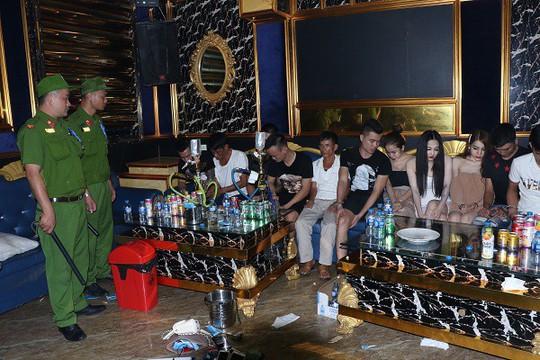 20 nam, nữ thanh niên từ Nghệ An vào Hà Tĩnh thuê phòng karaoke mở tiệc ma túy - Ảnh 1.
