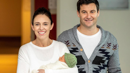 Chủ tịch Quốc hội New Zealand cho đứa bé bú tại nghị trường - Ảnh 2.