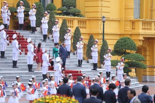 Cận cảnh Thủ tướng Nguyễn Xuân Phúc đón Thủ tướng Úc Scott Morrison - Ảnh 1.