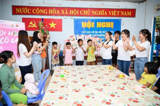 Tặng gạo cho 1000 em học sinh ở các lớp học tình thương trên địa bàn TP HCM - Ảnh 1.