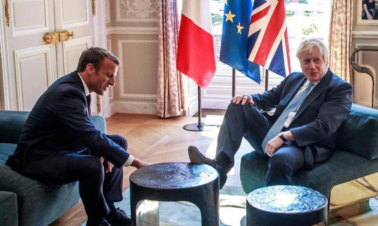 Hình ảnh gác chân gây sốc của Thủ tướng Anh khi gặp Tổng thống Pháp - Ảnh 2.