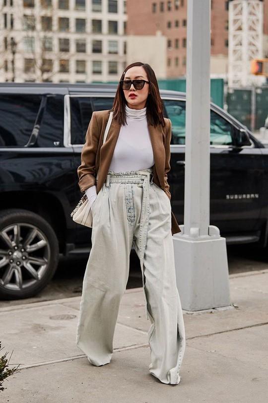 9 mốt quần jeans rộ lên nửa cuối năm 2019 - Ảnh 6.