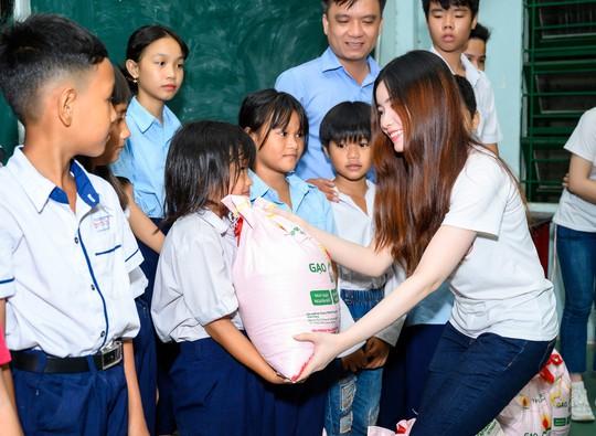 Tặng gạo cho 1000 em học sinh ở các lớp học tình thương trên địa bàn TP HCM - Ảnh 2.