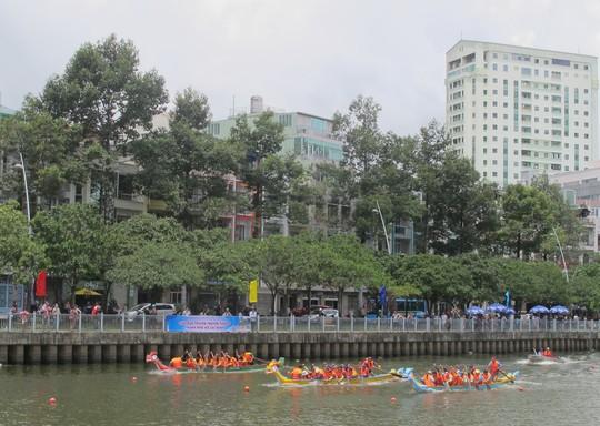 Tưng bừng đua thuyền rồng mừng Quốc khánh trên kênh Nhiêu Lộc - Ảnh 1.